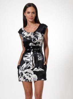 vestido de seda com estampa grafista