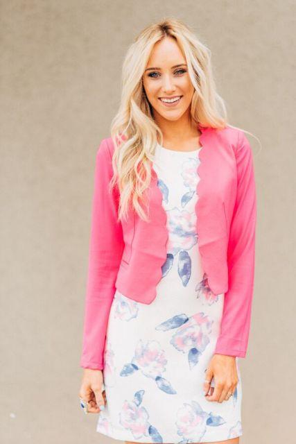 blazer rosa com vestido com flores