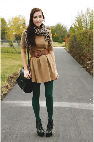 vestido marrom e meia verde