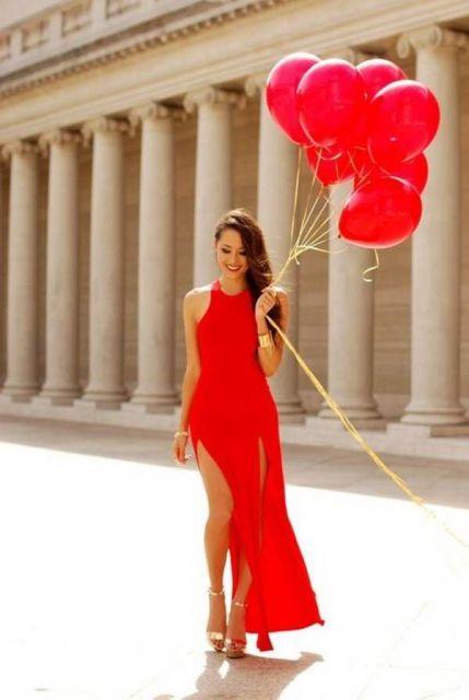 vestido vermelho longo com fenda e balões