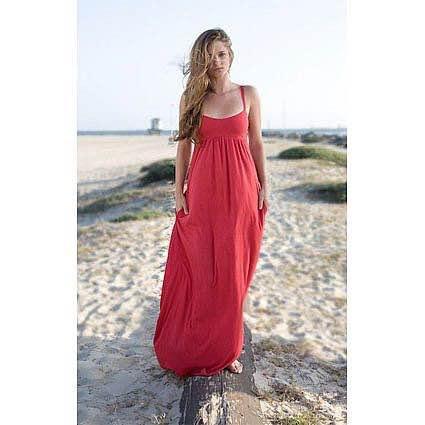 Vestido vermelho longo na praia