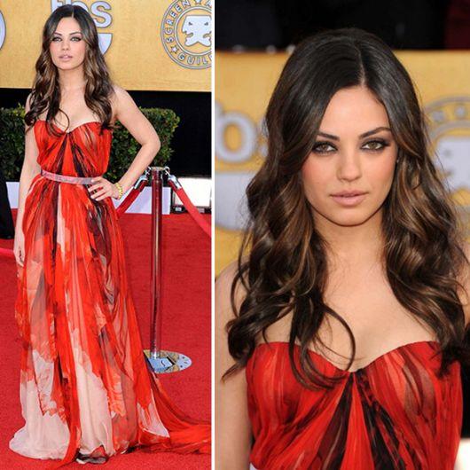 Mila Kunis de vestido vermelho estampado