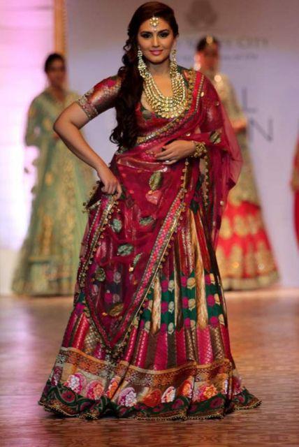 lindo vestido indiano com sari