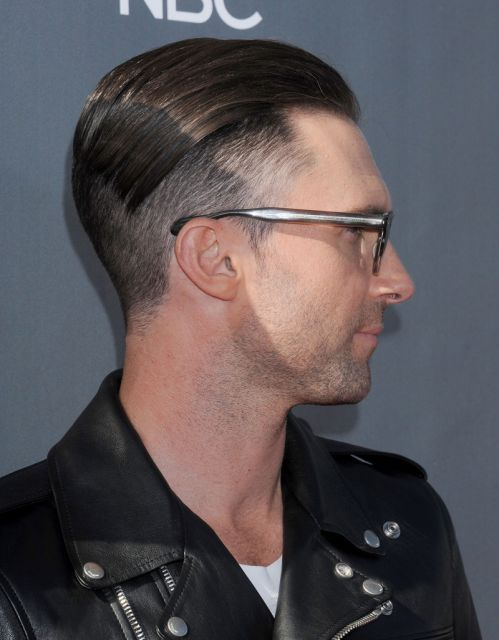 Adam Levine apostou em um penteado em linhas mais sociais