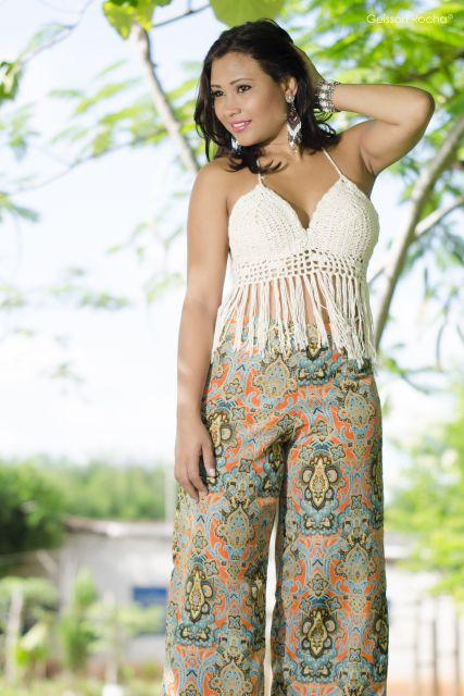 blusa de crochê com franja com calça estampada