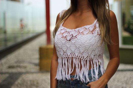 blusa de crochê com franja de alça fina