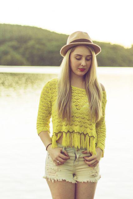 blusa de crochê com franja amarela com manga comprida