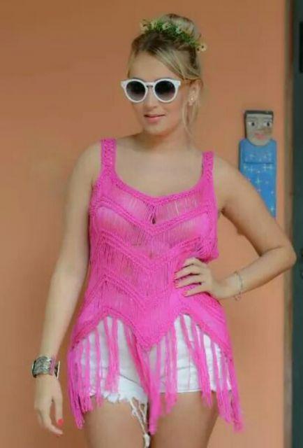 blusa de crochê com franja rosa choque