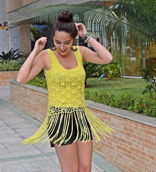blusa de crochê com franja amarela