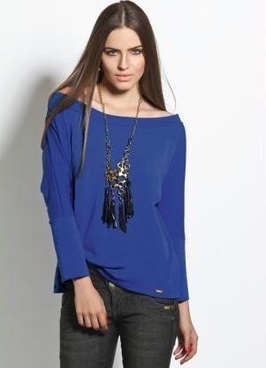 blusa azul longa com decote canoa