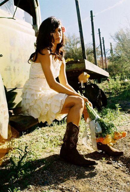 vestido de renda branco e bota country feminina
