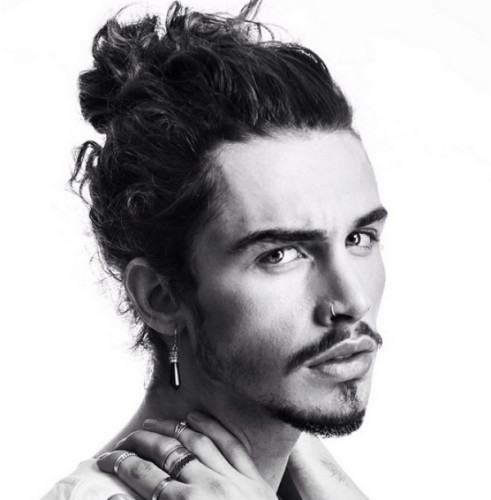 cabelo masculino crespo com coque samurai