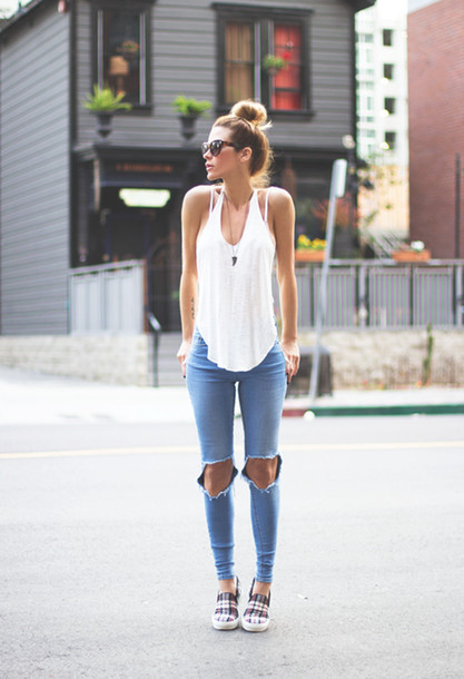 exemplo de looks básicos com calça destroyed