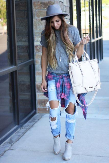 exemplo de looks femininos e delicados com calça destroyed