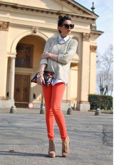 calças coloridas com peças neutras