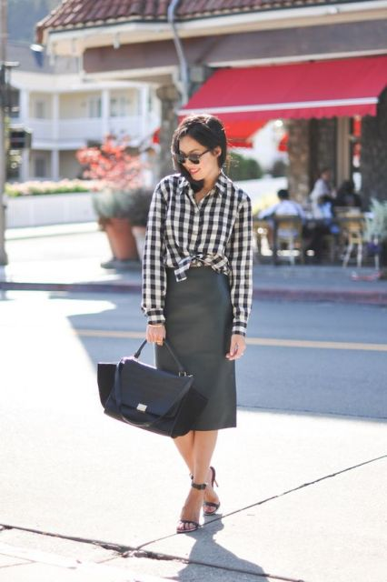 camisa xadrez feminina com saia midi preta