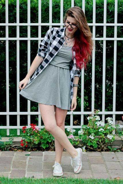 camisa xadrez feminina como terceira peça com vestido
