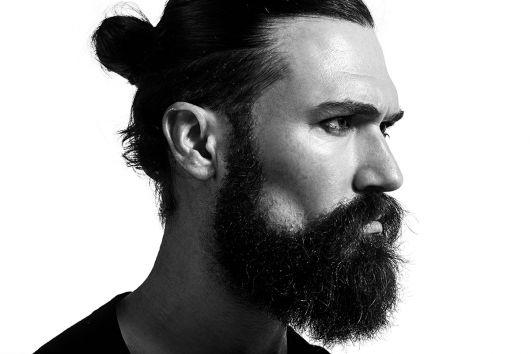 homem de coque e barba