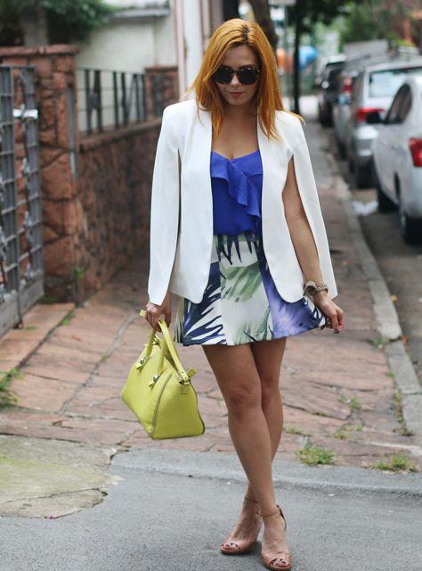 blazer capa  com saia estampada e blusa azul