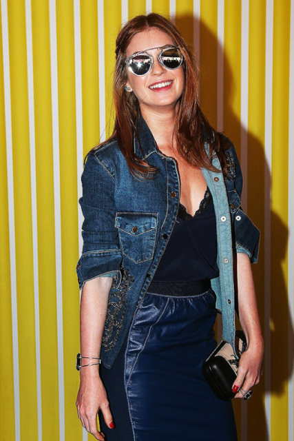 looks da Marina Ruy Barbosa azul com blusa jeans