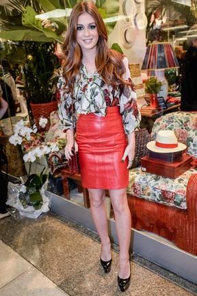 looks da Marina Ruy Barbosa com saia de couro e estampa floral