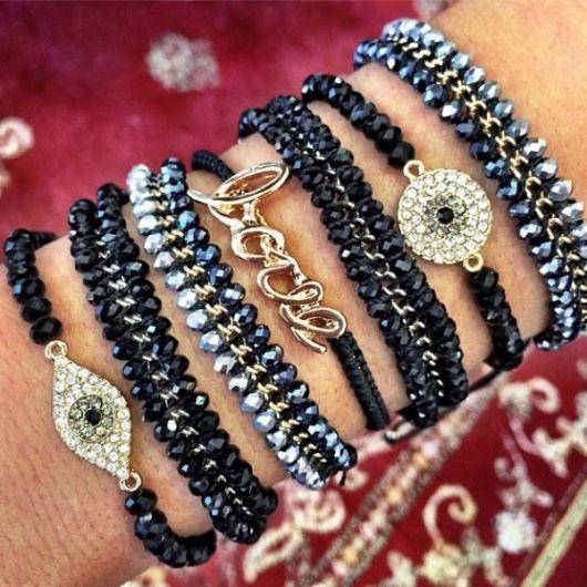 mix de pulseiras pretas