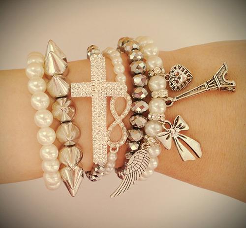 mix de pulseiras douradas