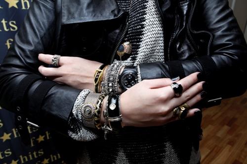 mix de pulseiras estilo rock