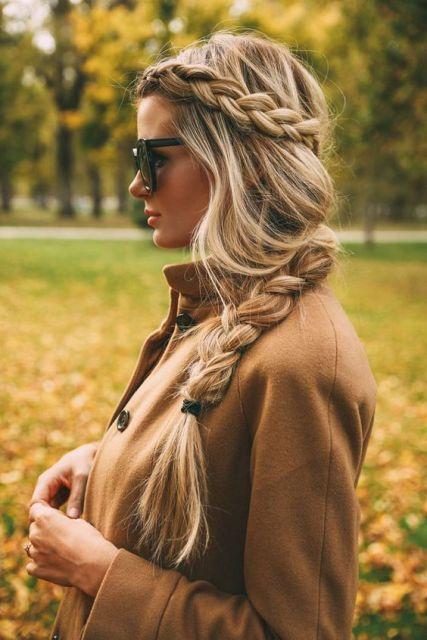 Os fios com mechas loiras valorizam o penteado