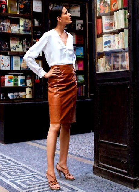 saia de couro marrom camisa