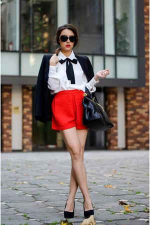 short de tecido vermelho com sapato preto