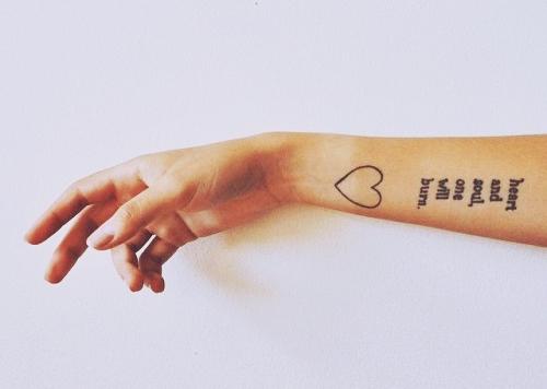 exemplo de tatuagens femininas no braço com frases ou escritas