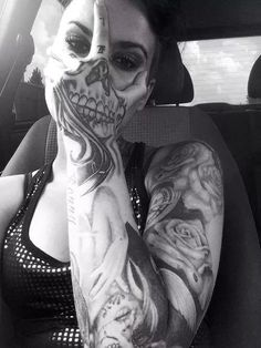 exemplo de tatuagens femininas no braço de caveira