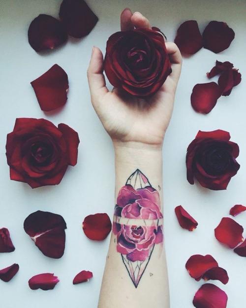exemplo de tatuagens femininas no braço delicadas