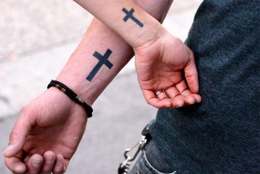 tatuagens masculins pequenas cruz