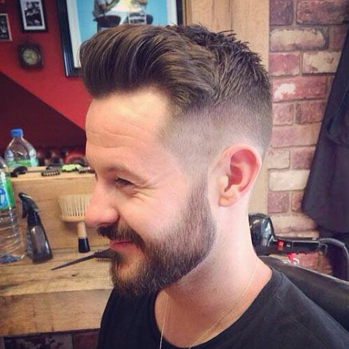 Laterais bem raspadas para criar um efeito diferenciado em relação ao topo e a barba