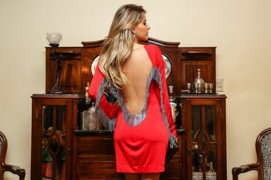 vestido com decote nas costas com franjas