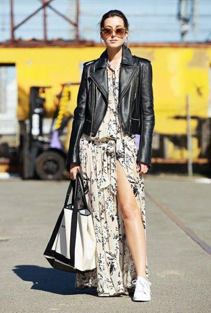 vestido com tênis com jaqueta de couro