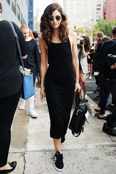 vestido com tênis com vestido preto
