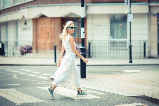 vestido com tênis com vestido longo