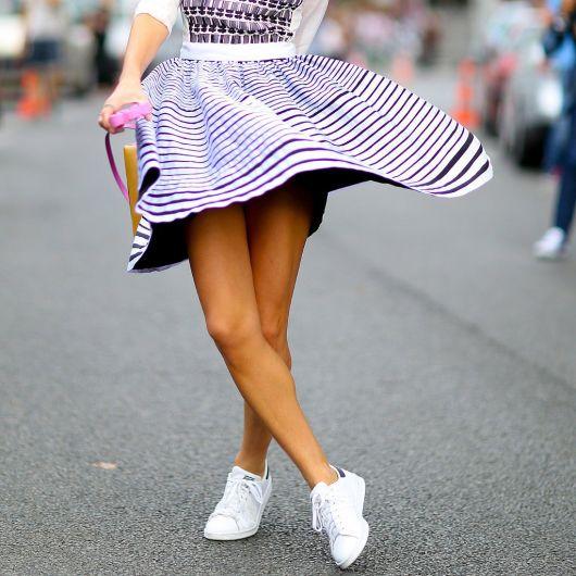 vestido com tênis como escolher o tênis