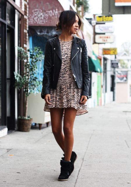 vestido com tênis com estampa animal print