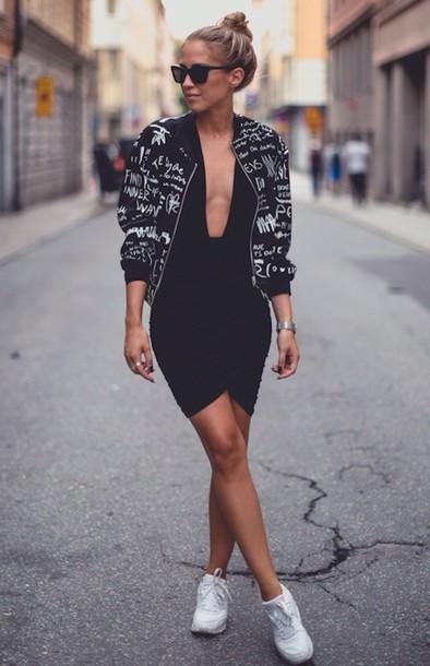 vestido com tênis e decote
