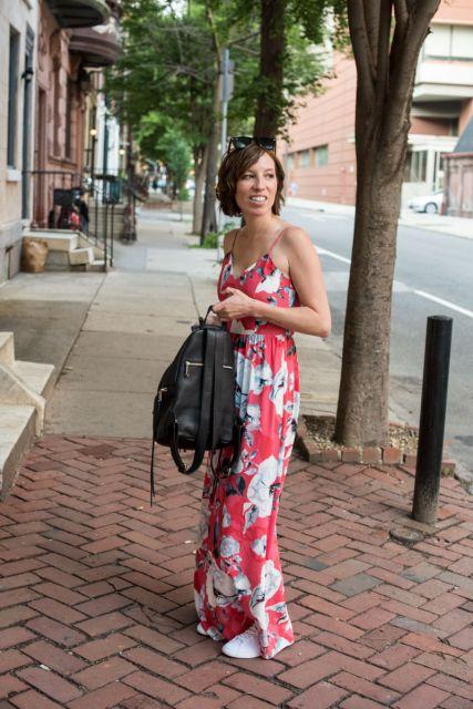 vestido com tênis com vestido floral