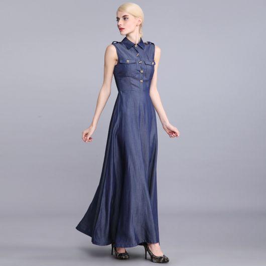 Os vestidos longos e o salto alto são uma combinação perfeita. Nesse caso, apesar do material jeans, o look não parece nada casual. A combinação é extremamente elegante.