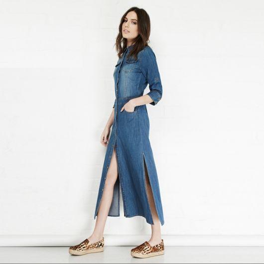 vestido jeans longo com fenda nas pernas