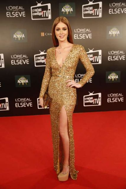 vestido longo com fenda dourado