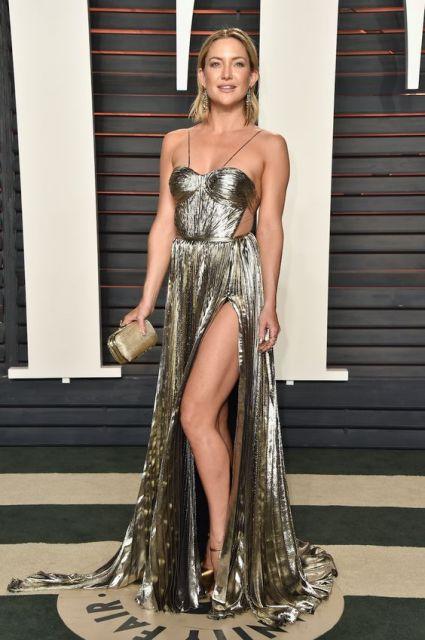 vestido longo com fenda metalizado