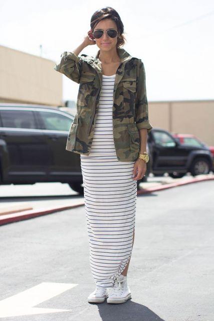 vestido com tênis com jaqueta militar