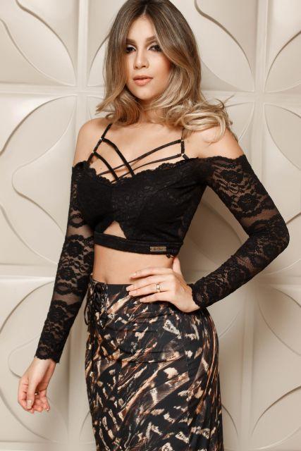 blusa ombro vazado de renda preta
